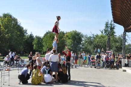 Acrobates, comédiens, danseurs, rappeurs, clowns ... les jeunes des ateliers Hip Hop et cirque de la MJC de Crolles accueillent le public au sortir de la conférence