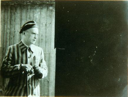 linke Hälfte: ein verngstigt schauender Wolfgang Schönfeld in Sträflingskleidung, die rechte Hälfte des Fotos (dort wo Wolfgang hinschaut): pechschwarz