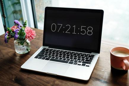 Laptop mit Zeit
