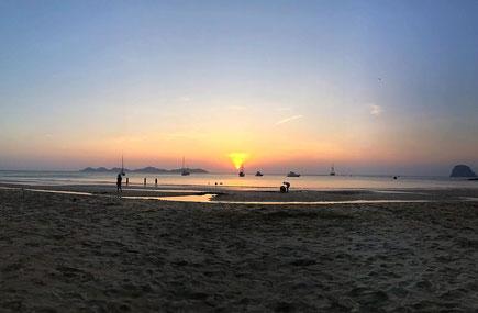 Sonnenuntergang am Charlie Beach, Koh Mook