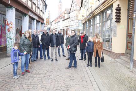 Die SPD-Kandidaten und Familie spazieren durch die Einkaufstraße in Salzwedel