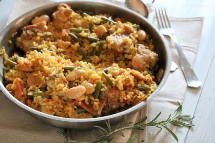 paella valenciana piatto tipico di Valencia Spagna a base di riso pollo gamberi pesce verdure ricetta tipica