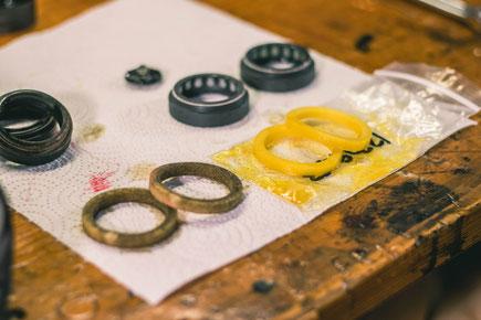 Schmutzige Schaumstoffringe von einer Pike, Lyrik, Yari oder Boxxer im Vergleich zu neuen Schaumstoffringen mit Oel Getränkt. Neue 35mm RockShox Dichtungen auf Werkstattuch