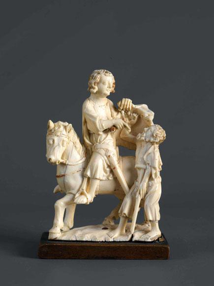 Statuette, die den heiligen Martin auf dem Pferd zeigt. Er teilt seinen Mantel und gibt ihn dem vor ihm stehenden Bettler