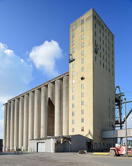 Alte Getreidesilos am Amerika-Kai im Hafen von Antwerpen. PC-E Nikkor 24 mm, 1:3,5 D ED mit Maximal-Shift nach oben. NIKON D4, ISO 200, 1/25 Sek., Blende 16. Foto: Dr. Klaus Schoerner