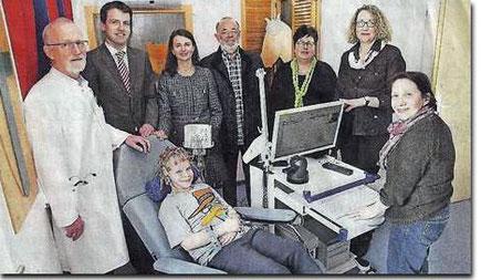 (v.l.) Dr. Georg Kluitmann (Leiter Kinderstation), Claus Overlöper (Vorstand Volksbank), Dr. Elisabeth Ilg (Vorsitzende KIM-Förderverein), rechts im Bild Maria Lambrecht, die bei Nils Kroezemann die Hirnströme misst.