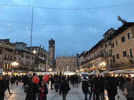 Verona Piazza delle Erbe centro storico statua Dante Alighieri Veneto Italia Romeo e Giulietta William Shakespeare