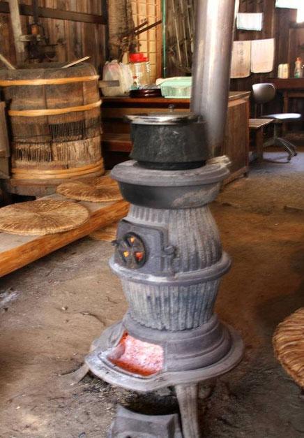 """le poêle en fonte à bois de la tateba-chaya sur lequel """"notre"""" hôte a fait chauffer l'eau de notre thé !"""