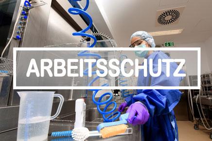 Krankenhaus-Mitarbeiterin reinigt Instrumente