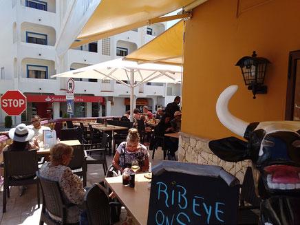 Restaurante Taberna Portugesa in Carvoeiro,Lagoa,Algarve,Portugal perfekt für ein Getränk in der Sonne.