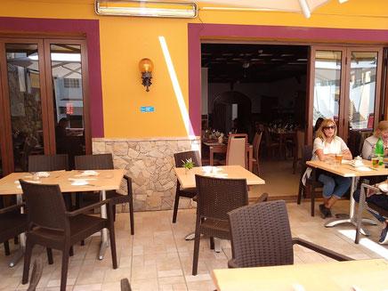 Restaurante Taberna Portuguesa in Carvoeiro,Lagoa,Algarve,Portugal geeignet für Gruppe Essen draussen in der Sonne oder auch drinnen.