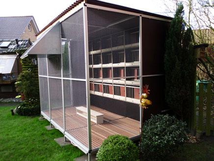 Voliere 3 m breit, 2 m tief, 2 m hoch mit Untergestell, Roste und Kotschubladen, Rückwand und Seiten hinten auf 1 m geschlossen