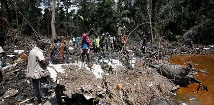 Soldats, sécouristes et bénévoles sur le site du crash