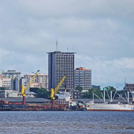 L'immeuble ONCPB, vu du port de Douala