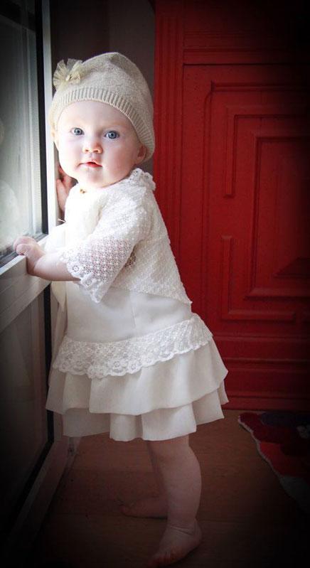 Vêtement de bébé de fête ou baptême de 12 à 18 mois . Haute couture tout en mousseline de soie et dentelle , possibilité de la commander en sur mesure pour tenue de fete.