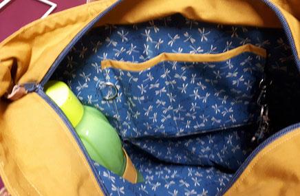 Nähschule ganz vernaht, Tasche in beige, geöffnet, zeigt das  Innenfutter