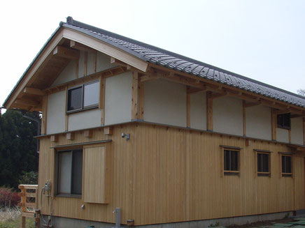 埼玉県所沢市 佐久間建匠の自宅兼事務所。無垢材の壁と土壁・漆喰で仕上げられた外壁