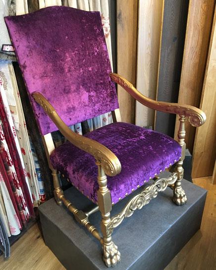 Polsterstuhl neuer Bezug mit lila Möbelstoff von Creation Winter alte Möbel restaurieren Zermatt Wallis Innendekorateur