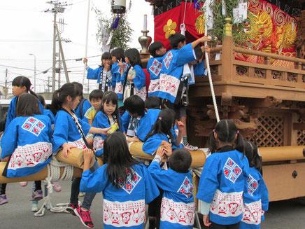 中野本町地車に登る子どもたち