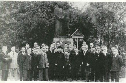 Die Eschweiler Kolpingsöhne am Denkmal Kolpings in Köln