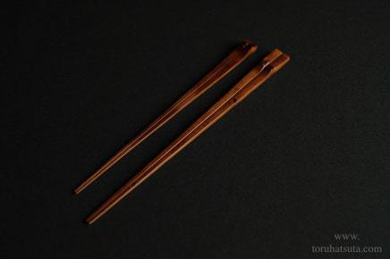 煤竹箸(左)と煤竹の取り箸(右)