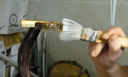 Holz wird lackiert und gebeizt