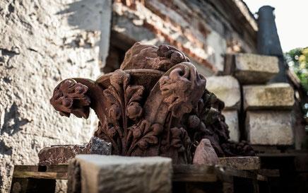 Altes Naturstein Kapitell auf dem Werkstattplatz von Meilenstein in Dresden