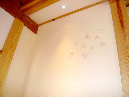 珪藻土塗り壁「もみじ透かし