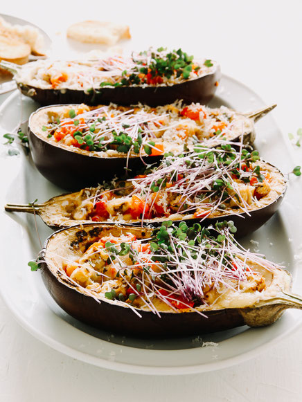 Gefüllte Auberginenhälften mit Tomaten & Microgreens