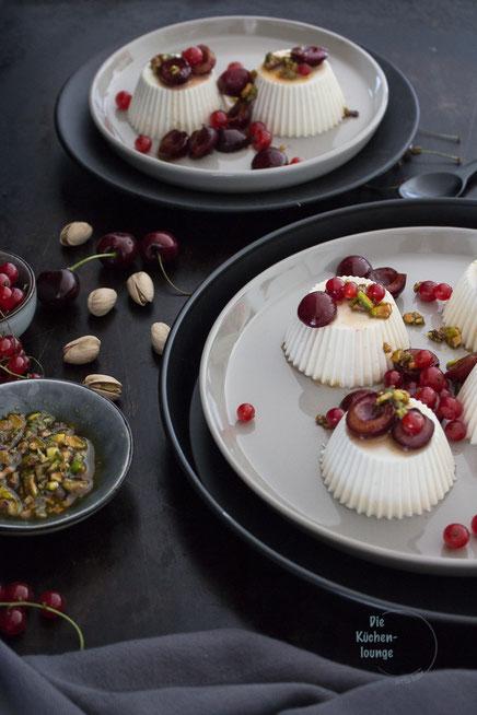Pannacotta mit Kirschen und Pistazien