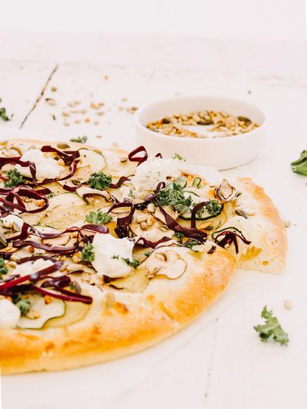 Vegetarische Pizza mit Kartoffeln, Zucchini, Champignons und Frischkäse