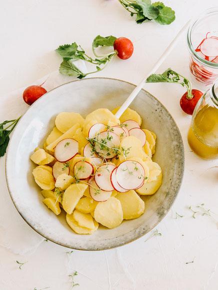 Klassischer Kartoffelsalat mit Radieschen