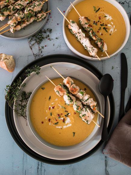 Putenspieße mit Kräutern und cremiger Bohnen-Süßkartoffelsuppe