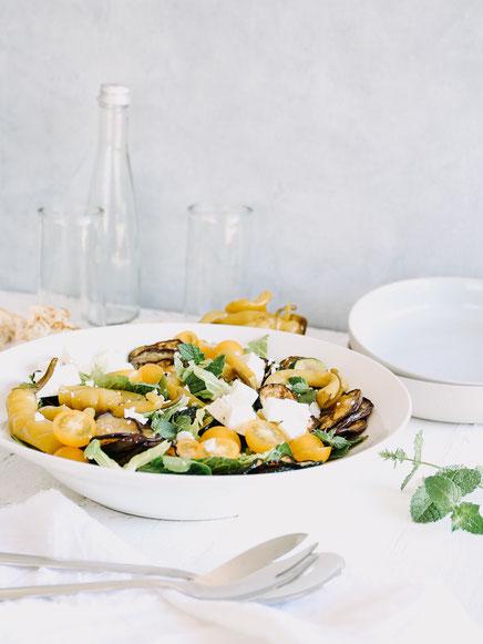 Mediterraner Bauernsalat mit gegrilltem Gemüse