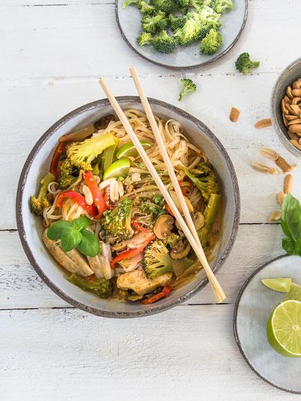 Reisnudel-Bowl mit Putenfleisch, Brokkoli & Paprika