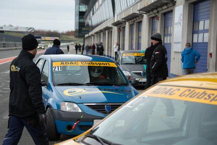 Rennfahrer Dennis Bröker biegt in die Box von Pfister-Racing ab