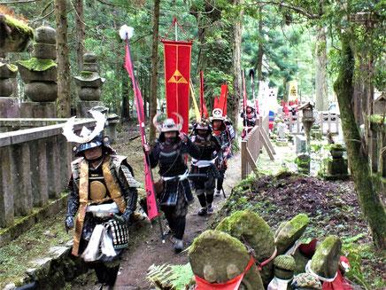 鬱蒼たる杉木立の中を北条家墓所に向かう甲冑隊
