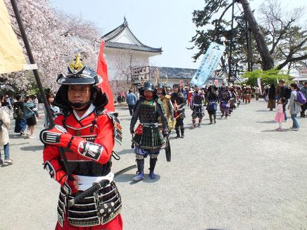 小田原城天守閣広場をパレードする北條手作り甲冑隊