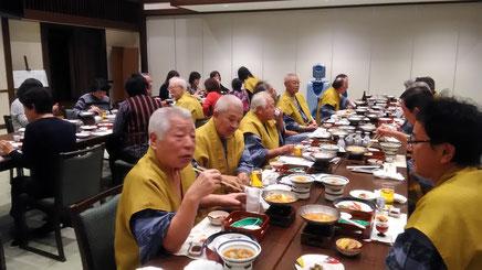 天成園大宴会場 まずは楽しい語らいのひと時。高齢者が多いのでいす席は助かります。