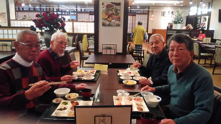 一夜あけて朝食を取る長老4人組、平均年齢79才、元気です。