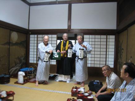 夕食時、高室院ご住職に小田原ちょうちんを贈呈