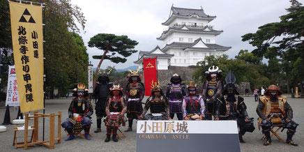 小田原城を背景に いつもはお客様が座って隊員が取り囲んで、シャッターを押したり号令を掛けたりしています。