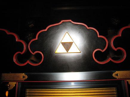 本堂の仏具や障子等に北条家の三鱗の紋所があった