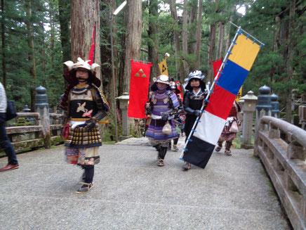 鬱蒼たる杉木立の中北条家墓所に向かう甲冑隊