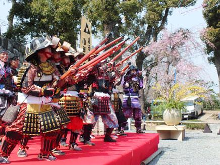 北條手作り甲冑隊 鉄砲軍団の花見開宴の祝砲です