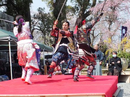 米山流殺陣師範と師範代(いづれも隊員)の華麗な演舞