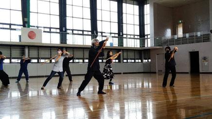 練習中、どこかの剣道倶楽部のおじさんや子供たちが珍しげに除いていました