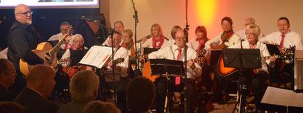 Die Gitarrengruppe Steinau während des Jubiläumskonzerts