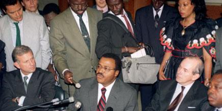 Antoine Ntsimi annonce la dévaluation sous le regard de l'ivoirien Charles Konan Banny, Gouverneur de la BCEAO et des français Michel Camdessus (DG du FMI) et Michel Roussin (ministre de la coopération)