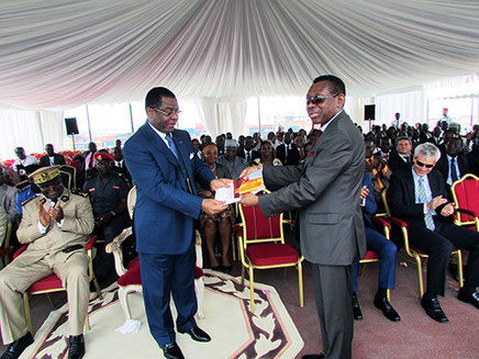 Le ministre des Transports E. MEBE NGO'O et le DG E. ETOUNDI OYONO